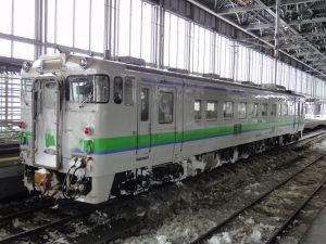 旭川駅に止まっていた雪まみれのローカル列車