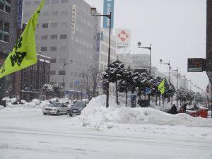 4の8交差点に積もった人の背丈より高い雪の山