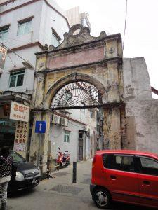 十月初五日街で見かけたポルトガル風の門
