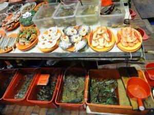 海鮮料理店だけあって,生きた魚介類をその場で選んで調理してもらえる。ワタリガニや海老,馬刀貝(マテガイ)も見える。