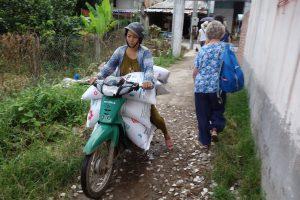荷物を満載して突っ込んでくるオートバイ