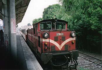嘉義車站で出発を待つ阿里山号