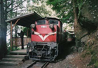 眠月站に停車する列車