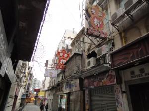 福隆新街。「押」の看板は質屋の印。